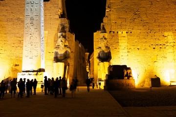 Eingang zum Luxor Tempel am Abend