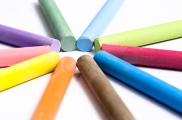 primo piano di gessetti colorati concentrici