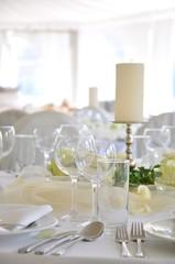 Feierlich gedeckter Hochzeitstisch