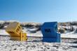 Blauer und gelber Strandkorb