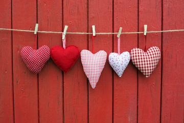 Herzen vor rotem Holz