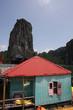 capanna colorata nella baia di halong