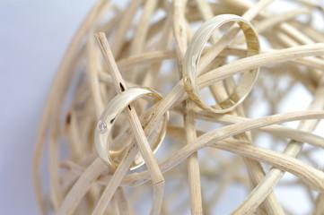 Złote obrączki kłębek symbol