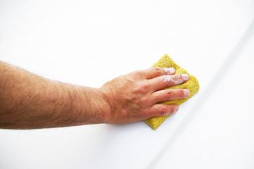 車を洗う男性の手
