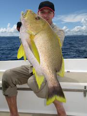 pêcheur heureux tenant un magnifique vivaneau