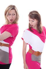 Zwei neidische Frauen mit dem gleichen Kleid