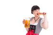 Junge Frau im Dirndl mit Bierkrug und Brezel