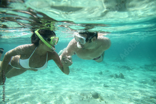 Papiers peints Plongée Couple snorkeling in Caribbean waters