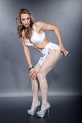 Sexy sportliche Frau in Dessous posiert