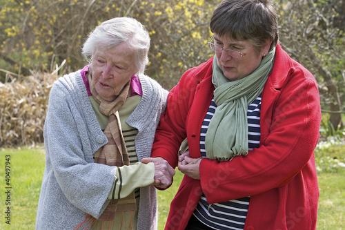 Aide à la personne - Promenade dans le jardin