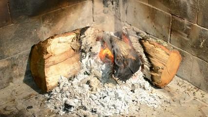 Tizzoni che ardono nel camino