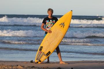 Surfeur blond