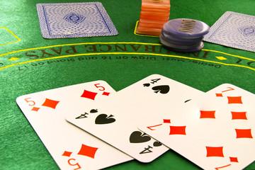 Carte da poker e fiches su sfondo verde
