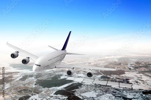 nowozytny-samolot-w-niebie-blisko-lotniska
