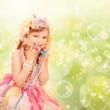Kleine Prinzessin mit Perlen und Seifenblasen
