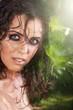 Beauty Frau mit tollem Make Up und nass im Dschungel