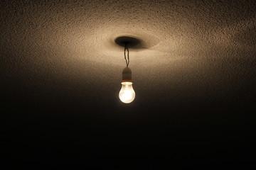 Bombilla colgada de un cable en el techo