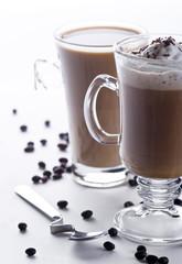 Kawa z mlekiem i kawa z bitą śmietaną