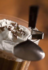 Kawa z bitą śmietaną i wiórkami czekoladowymi