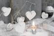 Weihnachten mit weißen Herzen und Kerze