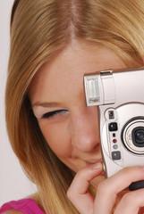 Joven mujer tomando una foto,fotografiando.