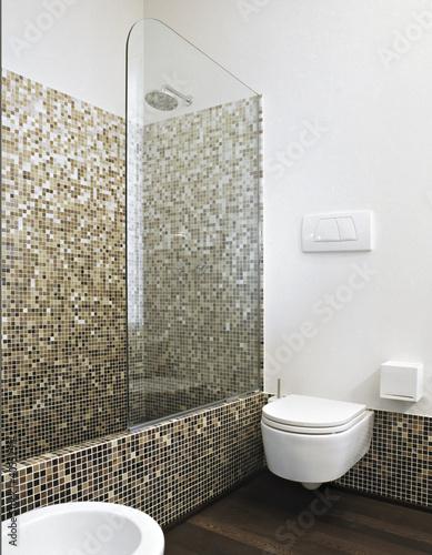 Vasca da bagno con doccia in un bagno moderno immagini e - Bagno muratura moderno ...