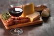Käse und Wein mit Weißbrot