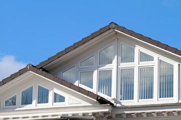 Giebelfenster mit Sonnenschutz