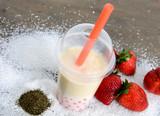 Grüner Tee mit Kokosmilch und Erdbeer-Bubbles