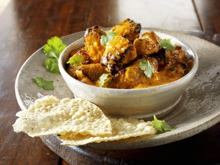Curry with coriander leaves and poppadoms (India)