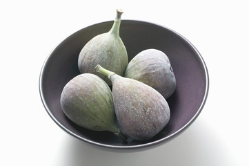 Four fresh figs in bowl
