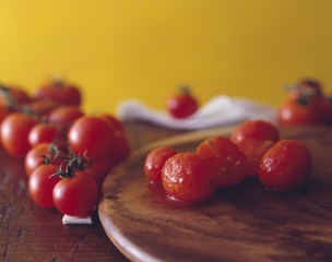 Fresh and skinned tomatoes