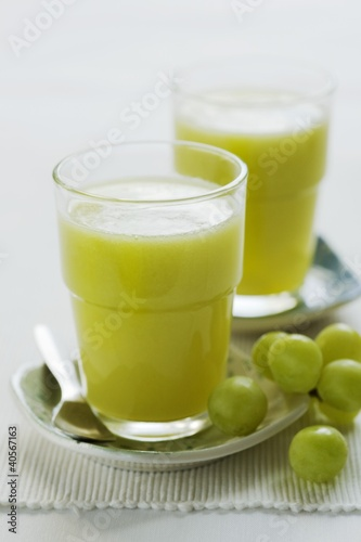 Kiwi fruit and grape juice in two glasses