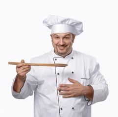 Un cocinero contento,probando su receta.