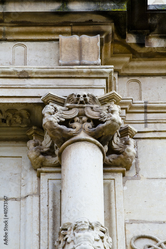 Corinthian column capital , facade of the University of Alcala d © Fernando Cortés