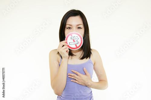 喫煙を呼びかける札を持っている女性