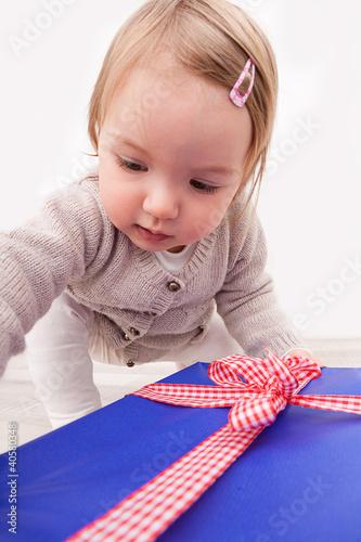 kind mit einem geschenk