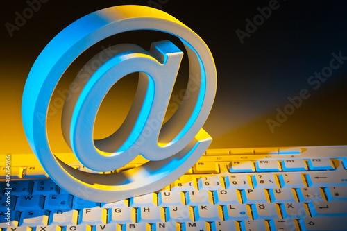 E-Mail Zeichen und Computer Tastatur.