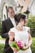 Brautpaar (beide 38 Jahre) vor Kirche, natürlicher Look