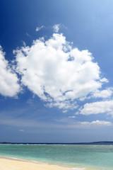 水納島の綺麗なビーチとちぎれ雲