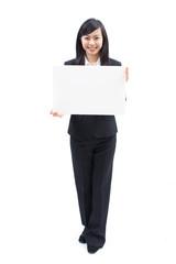 メッセージボードを持った女性