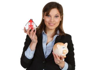 junge frau spart für ihr eigenheim