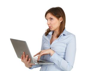junge brünette frau arbeitet am laptop