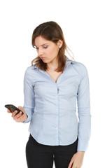 junge fau liest eine sms auf dem handy