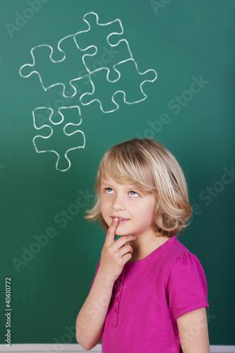 schülerin denkt an puzzle
