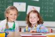 glückliche mädchen in der grundschule
