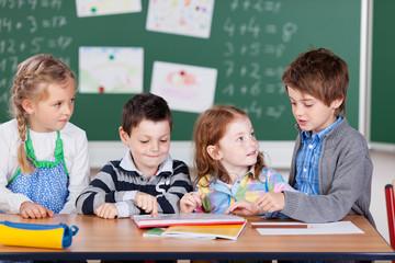 vier grundschüler bei einer gruppenarbeit