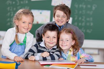 vier lachende kinder in der grundschule