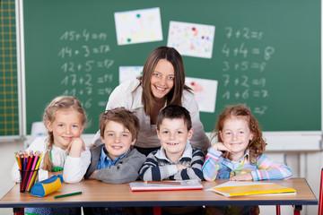 schulkinder mit lehrerin in der klasse