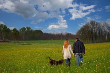 giovane coppia con cane nel prato